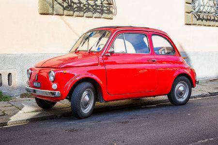 Pisa, Italië - 2 oktober: Retro Fiat 500 geparkeerd op straat op 2 oktober 2016 in Pisa.