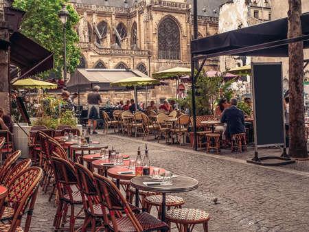 Gemütliche Straße mit Tischen von Café in Paris, Frankreich Standard-Bild - 93285984