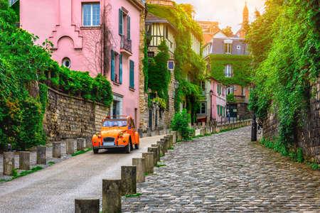 フランス・パリのモンマルトル地区の居心地の良い通りの眺め