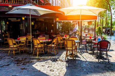 Typowy widok na paryską ulicę ze stolikami w brasserie (kawiarni) w Paryżu, Francja Zdjęcie Seryjne