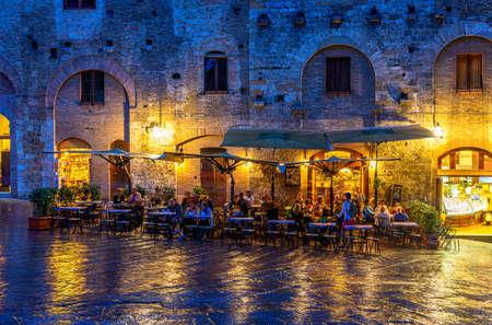 Nachtmening van beroemde Piazza della Cisterna in de middeleeuwse stad San Gimignano, Toscanië, Italië