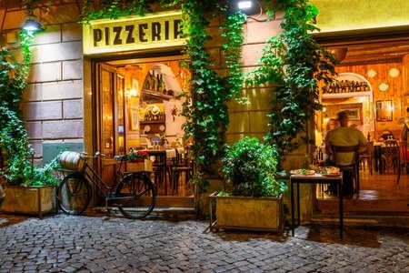 Oude gezellige straat 's nachts in Trastevere, Rome, Italië.