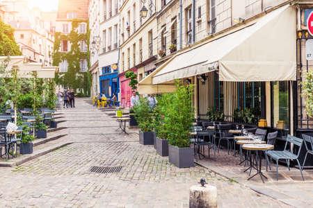 Vue typique de la rue parisienne avec des tables de brasserie (café) à Paris, France