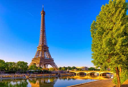 Ansicht des Eiffelturms und des Flusses Seine bei Sonnenaufgang in Paris, Frankreich. Der Eiffelturm ist eines der Wahrzeichen von Paris