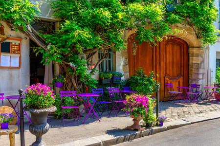 Rue confortable avec des fleurs et des tables de café à Paris, France