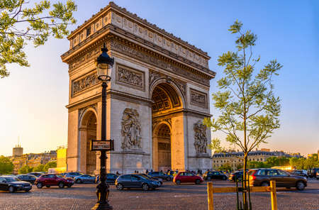 Paris Arc de Triomphe (Triumphal Arch), place Charles de Gaulle in Chaps Elysees at sunset, Paris, France. Imagens
