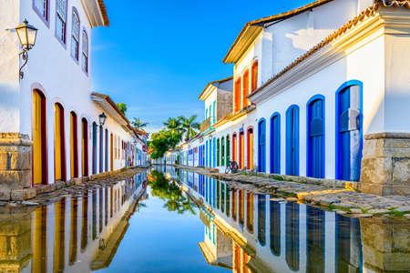 Straße des historischen Zentrums in Paraty, Rio de Janeiro, Brasilien. Paraty ist eine erhaltene portugiesische Kolonial- und brasilianische Kaisergemeinde