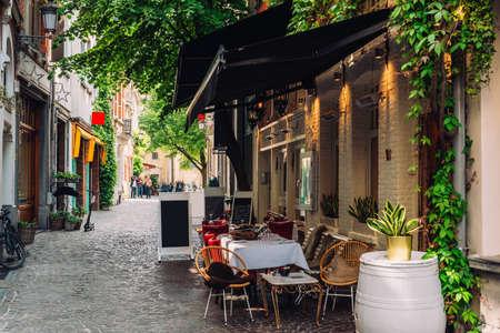 Stara ulica zabytkowego centrum miasta Antwerpia (Antwerpia), Belgia. Przytulny gród Antwerpii. Architektura i punkt orientacyjny Antwerpii