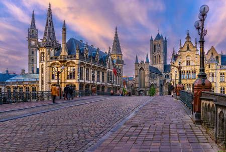 Mittelalterliche Stadt Gent (Gent) in Flandern mit St.-Nikolaus-Kirche und Rathaus von Gent, Belgien. Sonnenuntergangstadtbild von Gent. Standard-Bild