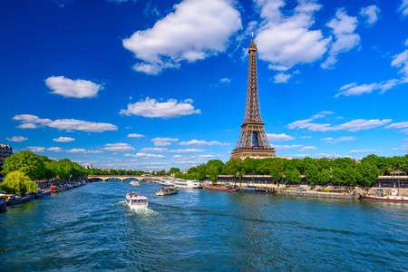 Torre Eiffel de París y el río Sena en París, Francia. La Torre Eiffel es uno de los monumentos más emblemáticos de París. Paisaje urbano de París
