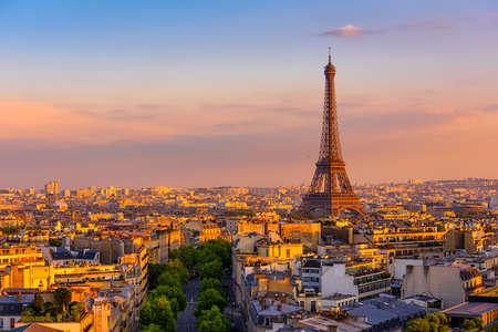 Horizonte de París con la Torre Eiffel en París, Francia. Vista panorámica del atardecer de París Foto de archivo