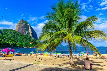 Bergzuckerhut und roter Strand in Rio de Janeiro, Brasilien.
