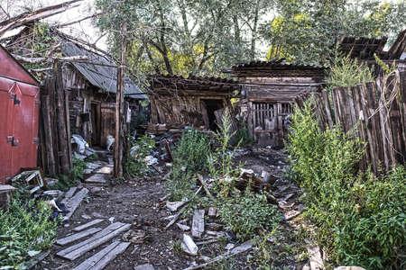 lejano oriente: Casa de madera de los tugurios de la aldea distante, Extremo Oriente, Rusia.