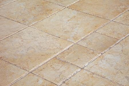 Grote stenen tegels op de vloer.