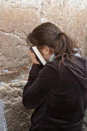 israeli: Orar las mujeres en el Muro de las Lamentaciones en Jerusal�n El Muro de los Lamentos, Muro de los Lamentos o Kotel se encuentra en la Ciudad Vieja de Jerusal�n a los pies de la parte occidental del Monte del Templo El Muro de los Lamentos es el lugar m�s sagrado para los Judios Editorial
