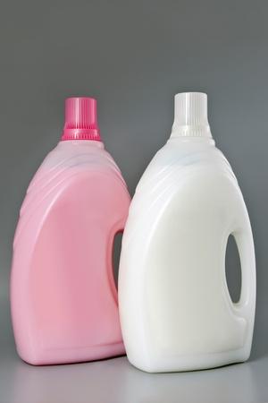 detersivi: Bottiglie Detergenttwo pulizia prodotti isolati Archivio Fotografico