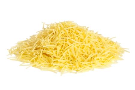 vermicelli: Pila peque�a Fideos aisladas sobre fondo blanco en grano es un tipo tradicional de la ronda de pasta italiana
