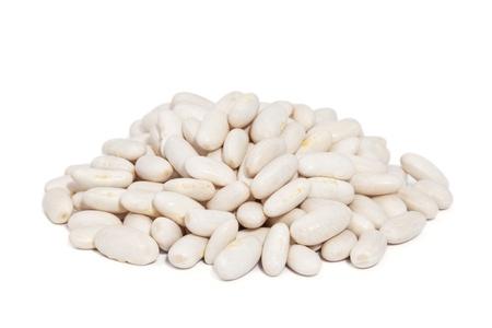 Pila frijoles grandes del norte aislados en el fondo blanco también llamado frijoles blancos, estos granos tienen una textura suave y sabor delicado Foto de archivo