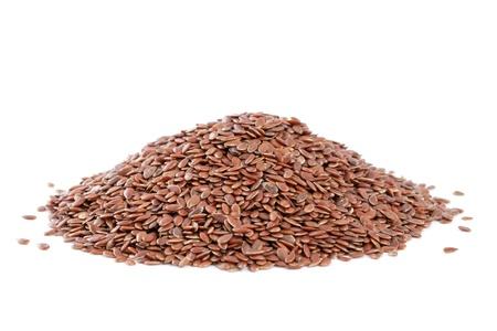 Heap Lijnzaad Linum usitatissimum op een witte achtergrond ook vaak vlas gebeld of lijnzaad gebruikt als ingrediënt in verf, vezels en veevoer, produceren een plantaardige olie De plant wordt ook gebruikt in de geneeskunde