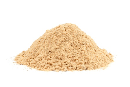 legumbres secas: Pila de jengibre molido Zingiber officinale aisladas sobre fondo blanco que se utiliza como un manjar, la medicina o de especias en todo el mundo