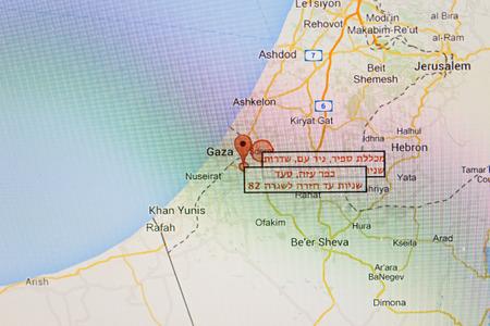 under fire: Oranit, Israel - 18 de julio 2014: Actualizaciones israelunderfirelive.com vivo de Gaza ataques con cohetes contra Israel. Notificaciones Israel en virtud de los ataques con cohetes de fuego. El sur de Israel. Mostrando en el mapa los ataques con cohetes contra Israel. Editorial