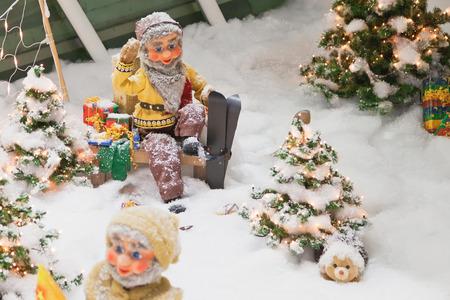 enano: Adornos de Navidad con los enanos esquiar en en el bosque. Foto de archivo