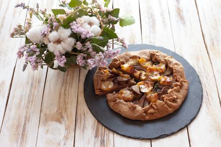 梨とチーズ ブリーのガレット。呼ばれるもブルターニュ ガレット、ガレット ・ デ ・ ロワ、Galeta。フランス料理 (料理)。古い木製の白い背景。