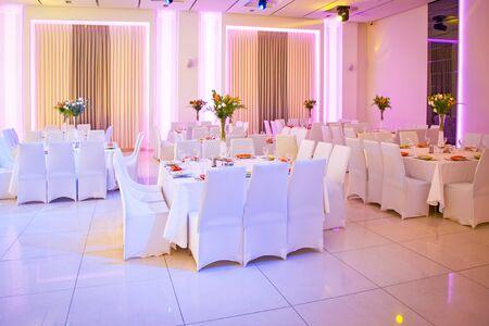 Hochzeitstisch. Tisch dekoriert für die Hochzeitsfeier. Farbbeleuchtung. Standard-Bild