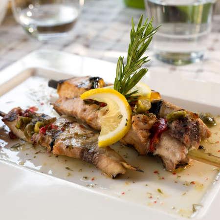Zwaardvis filet gegrild met saus, citroen en rozemarijn Stockfoto