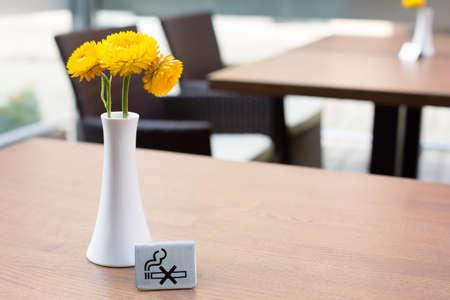 No smoking sign at the restaurant table Standard-Bild