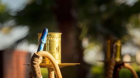 waterpipe: Parte de narguile, pipa de agua �rabe tradicional en el restaurante �rabe. Horizontal, amplia pantalla, la luz del atardecer directa, fotos al aire libre Foto de archivo