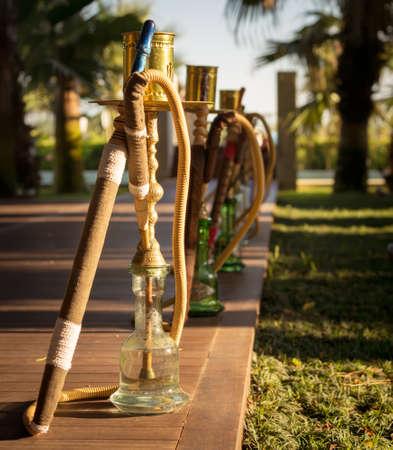 waterpipe: Hookah, pipa de agua tradicional �rabe, en el restaurante �rabe. Square, la luz del atardecer directa, fotos al aire libre