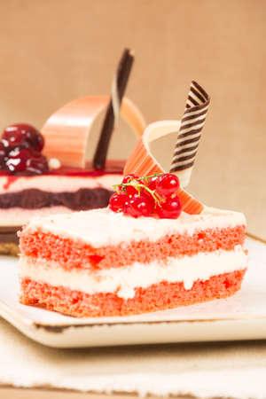 patisserie: Ribes e ciliegia dolci in una pasticceria. Colori caldi. Verticale