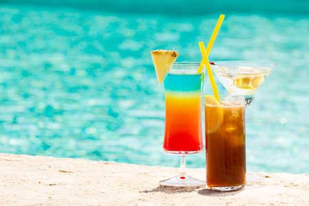 Tres cóctel de verano en la piscina. Bebidas deliciosas. Horizontal Foto de archivo - 45297328