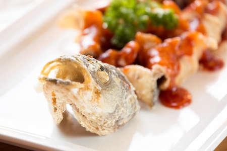 lejano oriente: Estilo frito bass japonés mar, servido con salsa agridulce. Restaurante cocina del lejano oriente. Horizontal