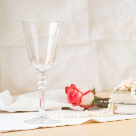 vaso vacio: vaso vacío hermosa con los libros y la cosecha de perlas. fondo ligero. Estilo vintage. Cuadrado