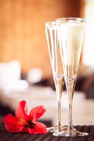 Dos copas de champán con la flor roja en un salón de spa. Spa concepto de tiempo. Spa sala de estar. San Valentín de fondo. Concepto del romance. Vertical Foto de archivo - 70009377