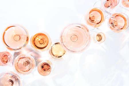 Viele Gläser Roséwein bei Weinprobe. Konzept der Rose Wein und Vielfalt. Weißer Hintergrund. Draufsicht, flaches Lay-Design. Horizontal Standard-Bild - 80026633