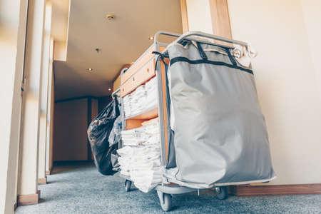Carro de limpieza en el pasillo del hotel. Tono azul claro horizontal Foto de archivo
