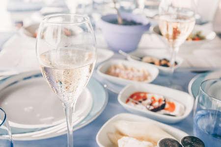 Wine and meze appetizers at the local greek restaurant. Healthy vegetarian snacks. Local mediterranean cuisine. Friendly dinner or lunch Standard-Bild - 122380229