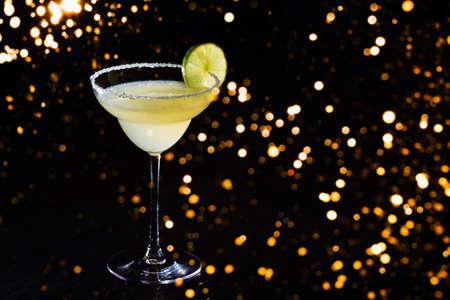Classic daiquiri on the dark background with festive holiday bokeh.  Luxury craft drink concept. Horizontal Standard-Bild - 122380315