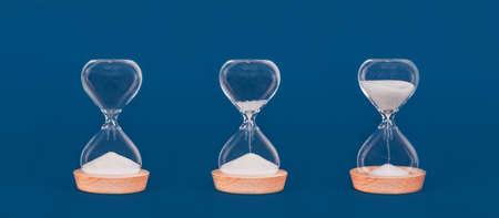 Sabliers avec une quantité croissante de sable. Concept de temps et d'actions opportunes, de gestion du temps et d'état d'esprit de croissance. Format de bannière
