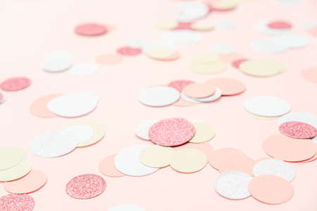 Multicolor pink, gold and white confetti on the light peach pink background, holiday celebration backdrop, Flat lay style with place for text Standard-Bild