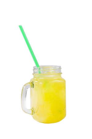 Jednokolorowy żółty nieprzezroczysty koktajl, zimna herbata w szklanym słoiku z kostkami lodu, słoma, smak ananasa, pomarańcza, widok z boku, na białym tle, pić do menu restauracji, baru, kawiarni