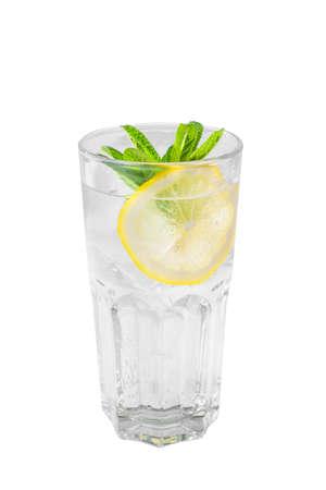 Un cocktail trasparente monocolore, rinfrescante in un bicchiere alto con cubetti di ghiaccio, foglie di menta e fette di limone, vista laterale, sfondo bianco isolato, bevanda per il menu