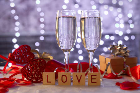 beautiful card with glasses of champagne hearts and a gift box for the feast of Valentine's Day in February Stockfoto