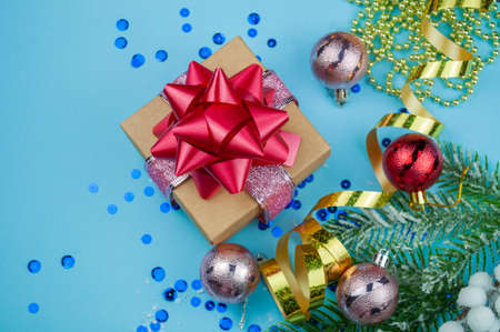 Christmas banner with blue and gold ornament decoration and gift box with red bow with Christmas tree snowflakes and serpentine for New Year holiday in winter in December Stockfoto