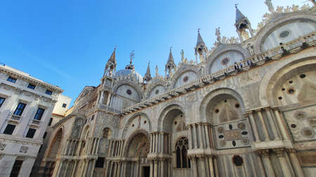 view facade panorama of St. Mark's Cathedral on the horses in venice italy Stockfoto