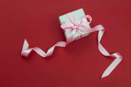 surprise gift box with summer and bow for valentine's holiday on red background Stockfoto