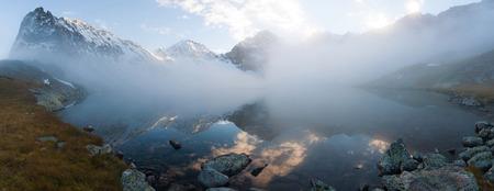 mooie dag in het najaar meer van de berg